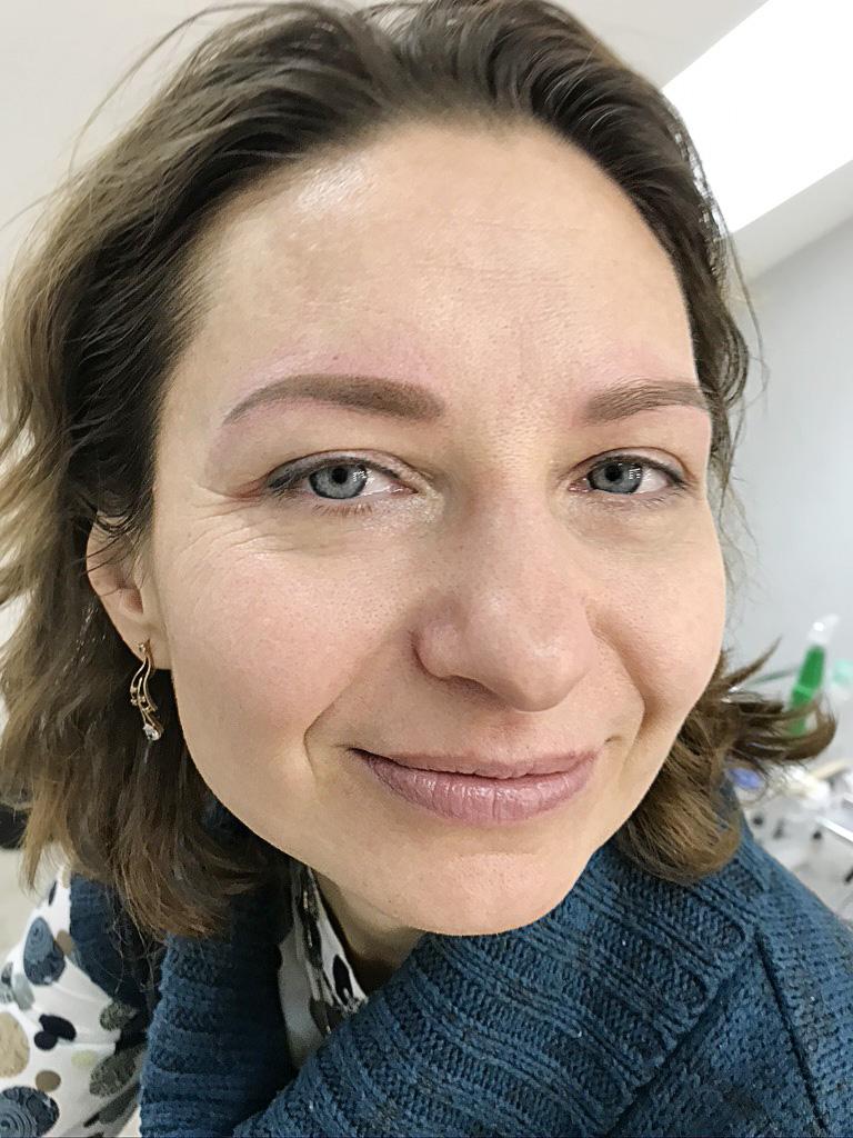 Фото клиента после перманентного макияжа бровей