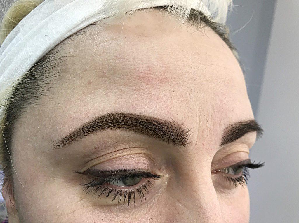 широкие брови и перманентный макияж