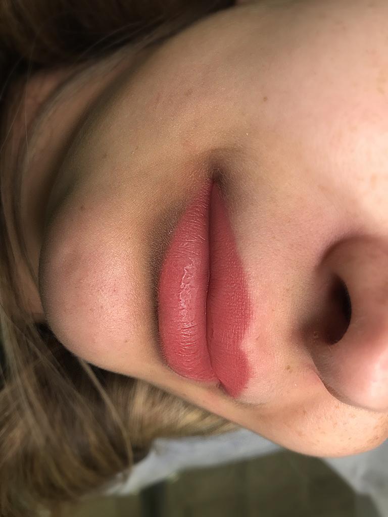 перманентный макияж губ под тёплым освещением